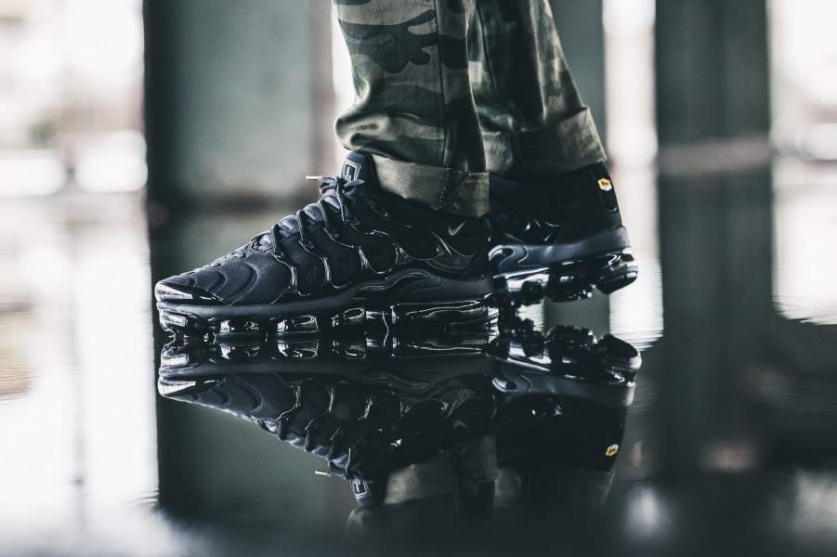 nike-air-vapormax-plus-triple-black-924453-004-mood-1